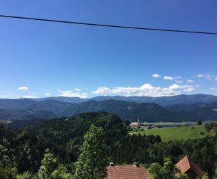 Blick auf Sveti Janez – im Hintergrund Radlje (im Tal) und der Pohorje