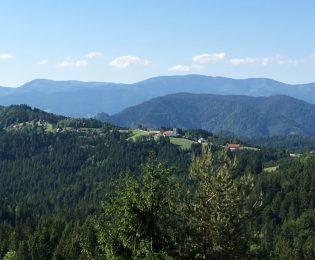 Blick auf den Ort Remsnik, dahinter am Horizont der Pohorje02